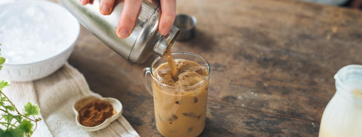 Охлажденный кофе с корицей