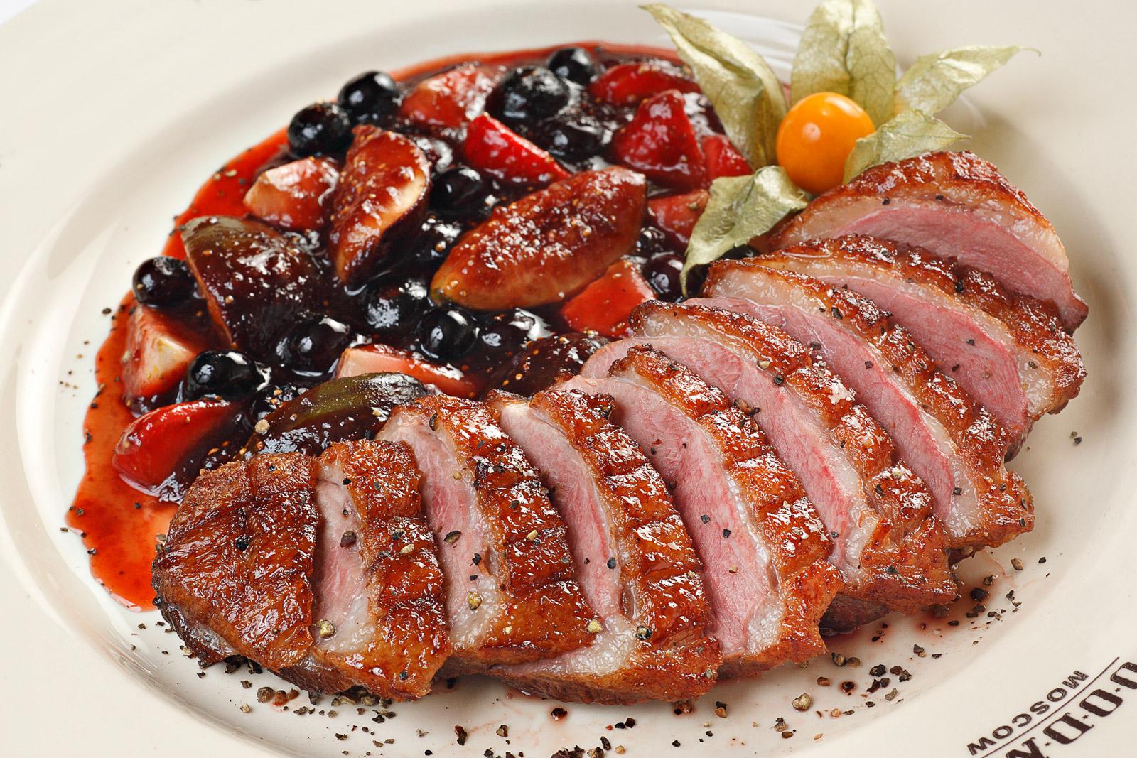 Рецепт новогоднего блюда - утка в ягодах