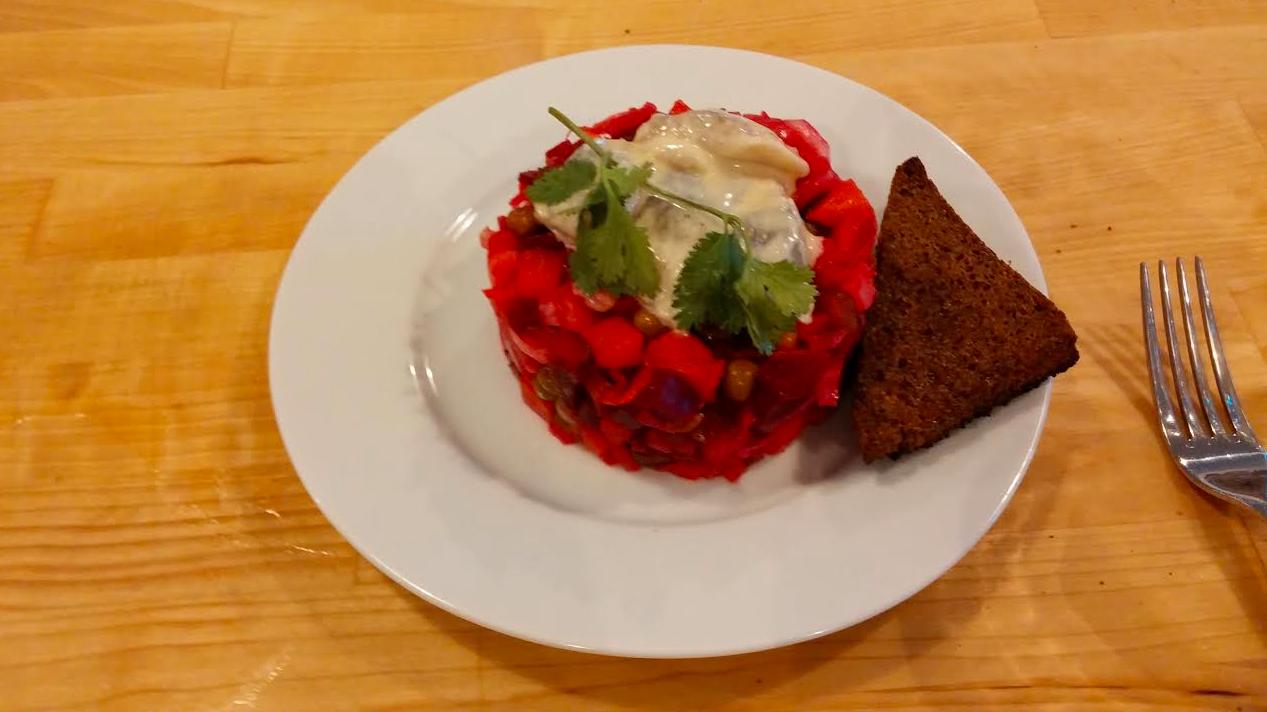 Винегрет с рыжиковым маслом и сельдью в горчичном маринаде на 10 порций