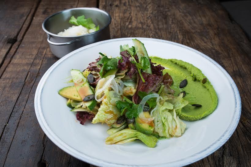 Рецепт легкого зеленого салата с рисом из ресторана Никуда не едем