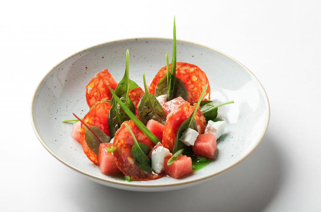Рецепт — салат из арбуза с чоризо под огуречным соусом