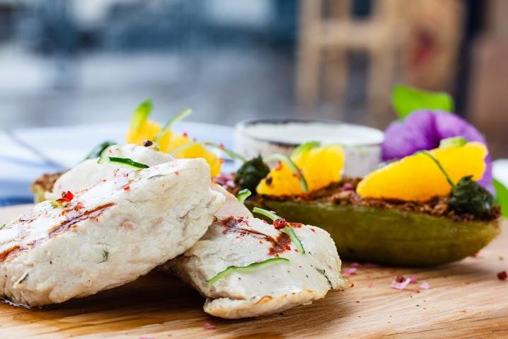 Рецепт филе индейки с маринованным кабачком и соусом дзадзики