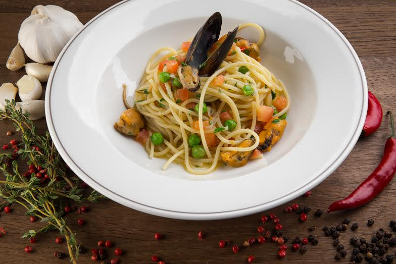 Рецепт спагетти «Маринара» с помидорами конкасе и зеленым горошком