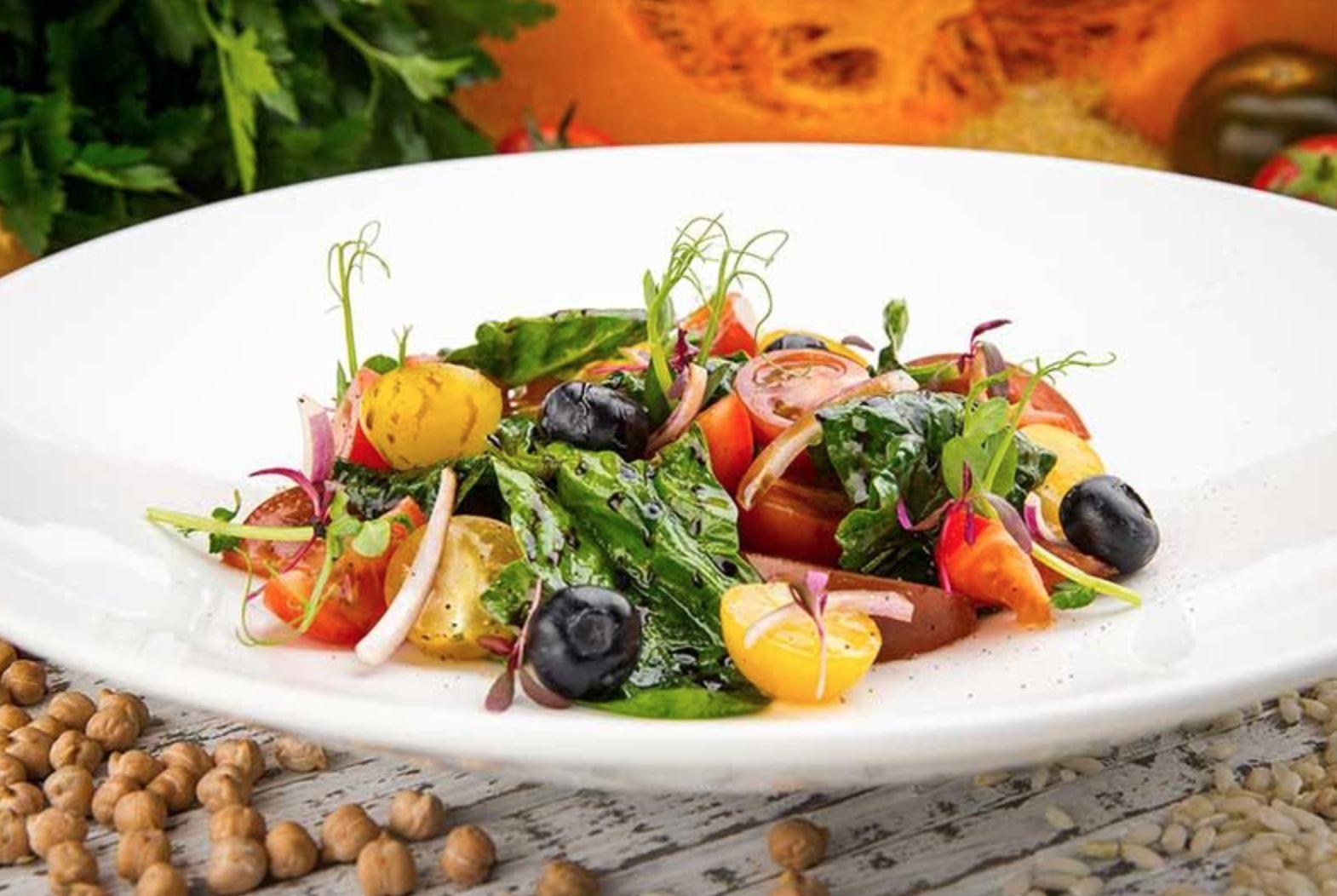Постный салат из томатов, шпината и голубики