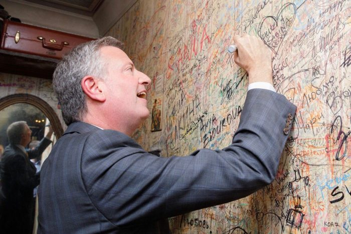 Холдинг Ginza Project вручил персональный ключ от ресторана «Мари Vanna» в Нью-Йорке мэру Биллу Де Блазио!