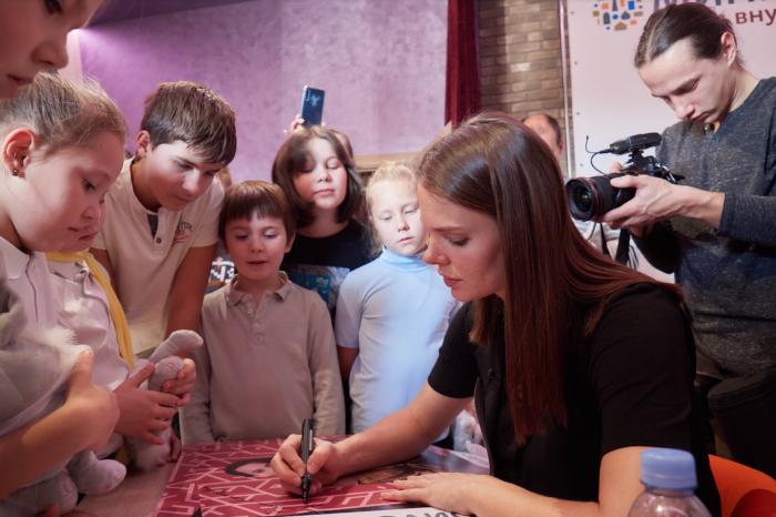 Елизавета Боярская провела мастер-класс для юных жителей миниполиса в Строгино