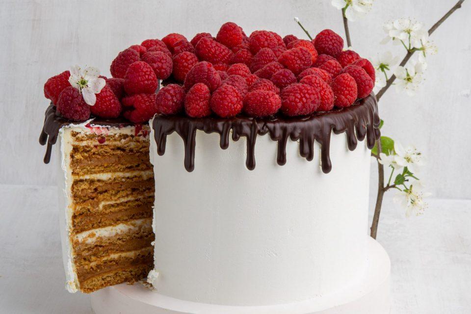 коллекция десертов со свежими ягодами  в кондитерской «Любовь и сладости»