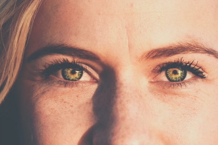 «Гусиные лапки» на лице: от чего бывают и как их убрать