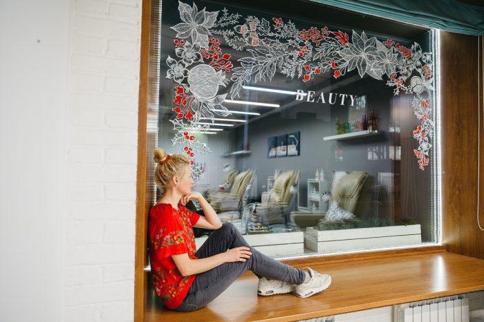 """Ожившие открытки: сеть салонов """"Пальчики"""" обновила витрины вместе с художницей Таней Hikimastery"""